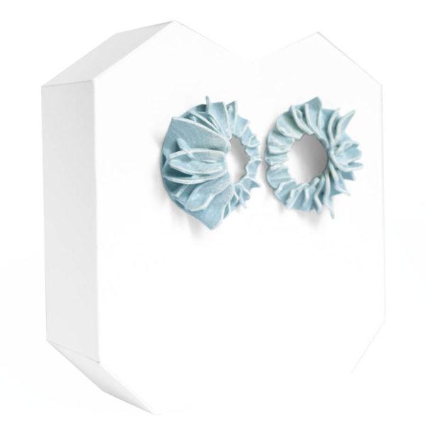 Pendientes lorak azules pequeños de BaRock jewelry sobre soporte blanco