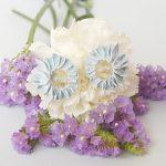 Pendientes pétalos azules pequeñoss de BaRock jewelry sobre flores blancas y lilas.