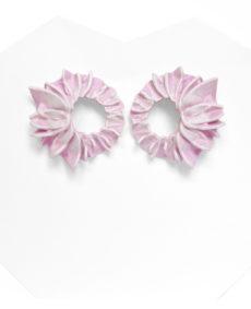 Pendientes lorak rosas pequeños de BaRock jewelry sobre soporte blanco