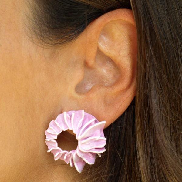 Pendientes lorak rosas pequeños de BaRock jewelry en oreja de modelo