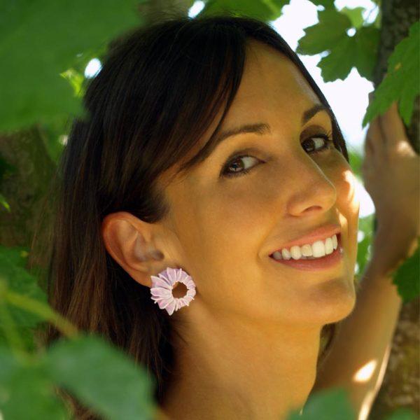 Pendientes lorak rosas pequeños de BaRock jewelry sobre modelo