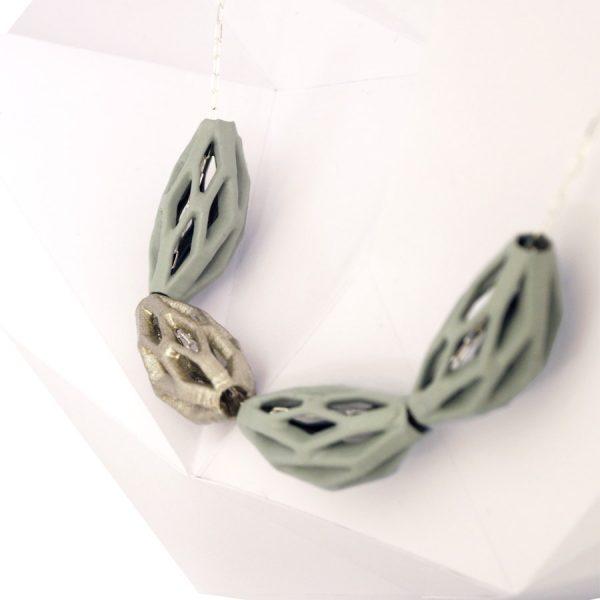 collar diamotea 4 verde y plata de BaRock jewelry sobre expositor detalle