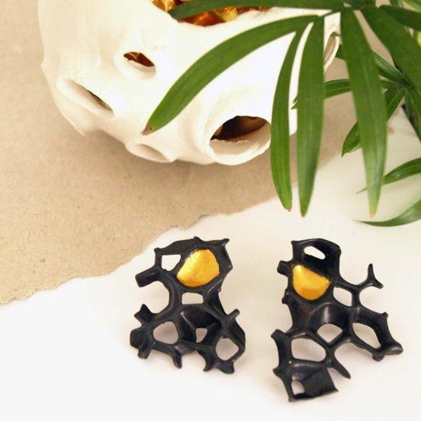 pendientes asimetricos espina negro y oro de BaRock jewelry con planta