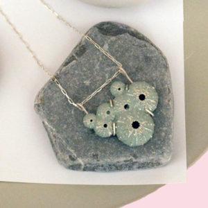 collar mediterráneo triku de BaRock jewelry en composición con erizo de mar y planta