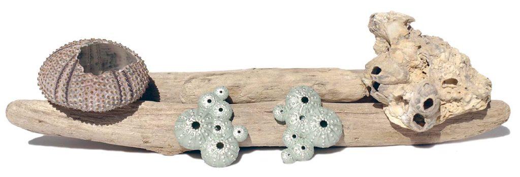 Pendientes asimetricos nuevos colección Triku de BaRock jewelry sobre ramas decoradas con erizo y piedra