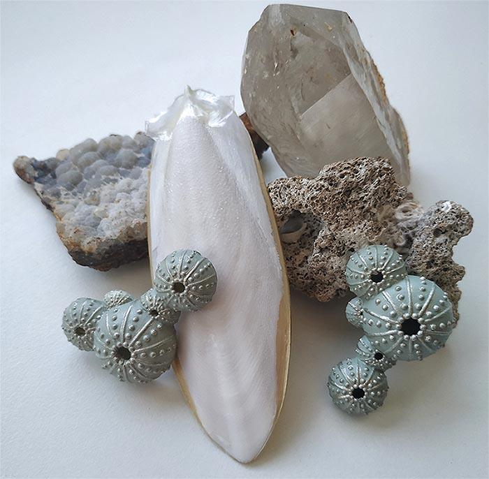 pendientes grandes triku de BaRock jewelry sobre minerales, foto de @floresentuensalada