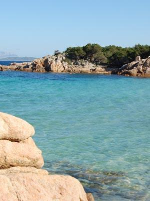 playa con rocas en azul y ocre
