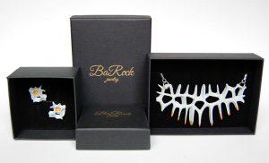 Packaging de BaRock jewelry joyeria parametrico. Cajas negras con joyas espina blancas.
