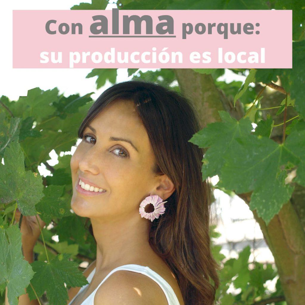 pendientes pétalos rosas pequeños sobre modelo y fondo verde