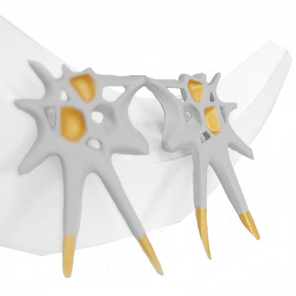 Pendientes espina blancos grandes sobre expositor blanco