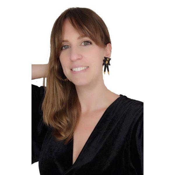 Pendientes espina negros grandes sobre modelo con vestido negro