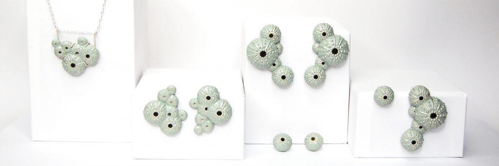 BaRock jewelry, triku sobre expositor blanco